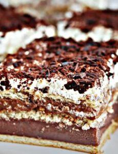 Τριώροφο γλυκό με κρέμα βανίλιας, σοκολάτας και γάλακτος
