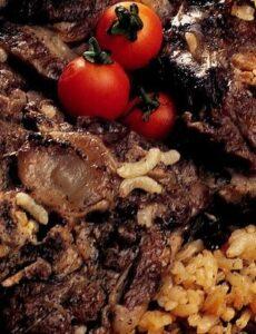 Αρνάκι στον φούρνο με ρύζι σταφίδες και κουκουνάρι